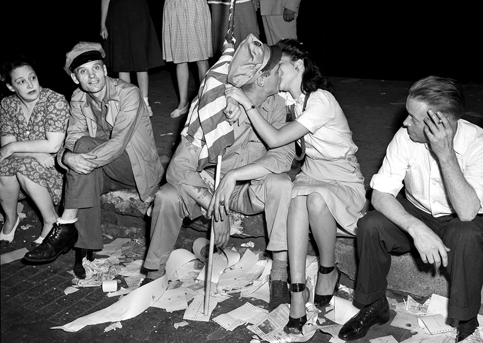 A couple kiss as they celebrate VJ Day