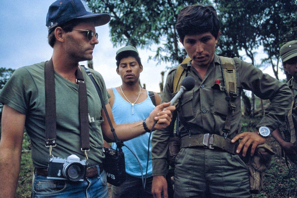 Scott Wallace (izquierda) trabajando en los frentes de guerra, Nicaragua, 1984. Foto por Bill Gentile.