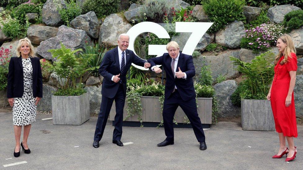 """峰會開幕前,英國首相約翰遜夫婦和美國總統拜登夫婦歡笑言談,事後約翰遜告訴BBC,英美之間聯盟""""堅不可摧""""。"""