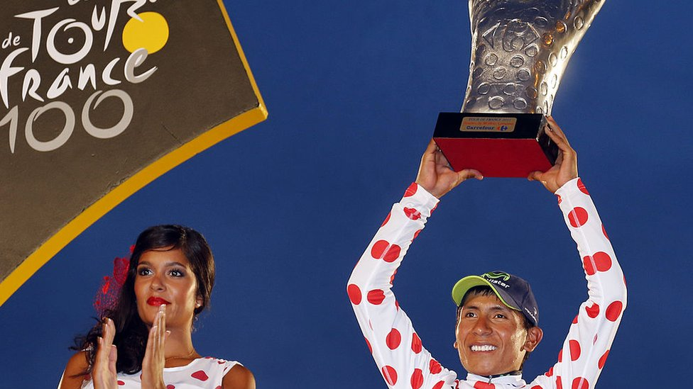 Nairo Quintana celebra su segundo lugar en el Tour de 2013 y el título de rey de la montaña.