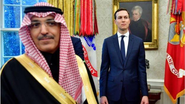 Penasehat Jared Kushner mengawasi di samping anggota delegasi Saudi pada pertemuan Presiden Trump dan Putra Mahkota Mohammed bin Salman.