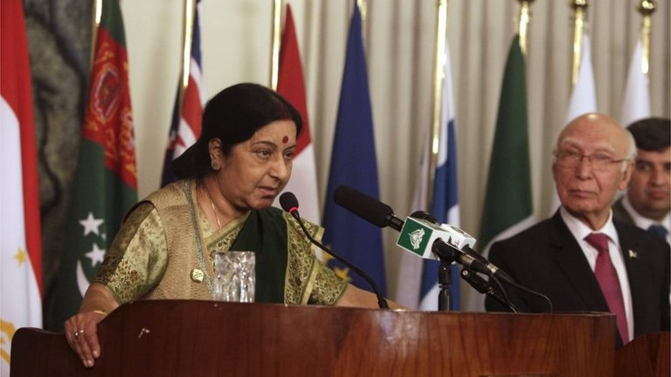 Indian Foreign Minister Sushma Swaraj speaks to media with Advisor to Prime Minister for Foreign Affairs Sartaj Aziz at the foreign ministry in Islamabad, Pakistan, 9 December 2015