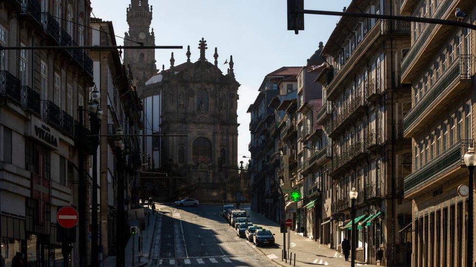 Calle vacía en el centro de Oporto.