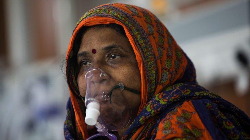 Una paciente en India en una unidad de cuidados intensivos.