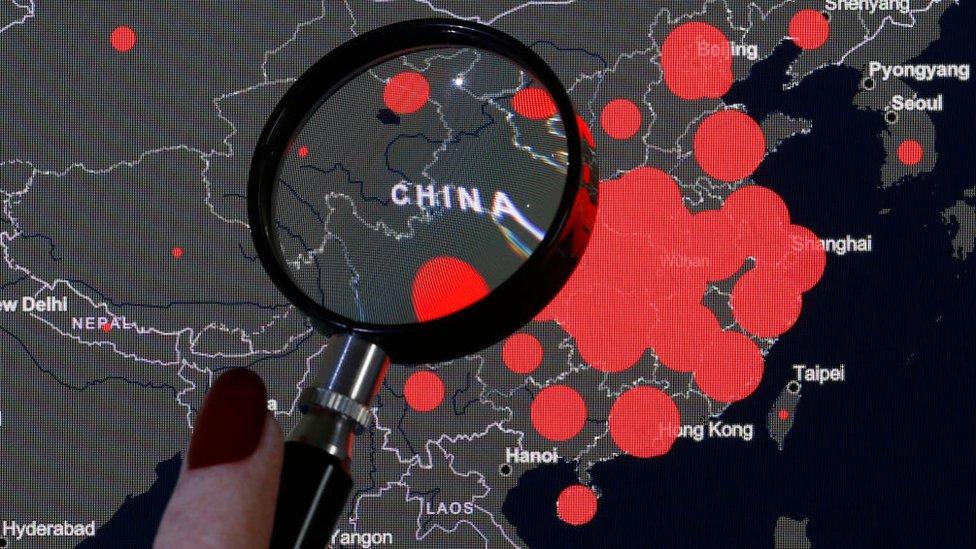Mapa de casos con una lupa puesta en China.