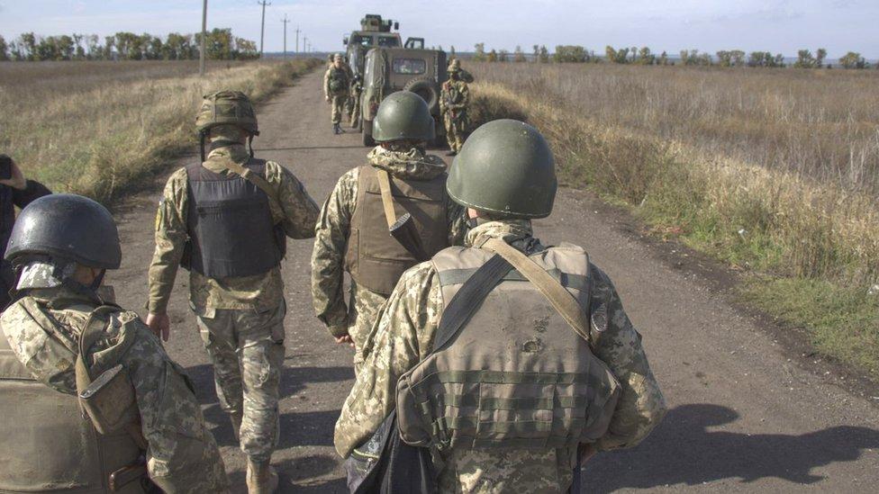Відступ чи розведення? Чому відводять війська на Донбасі