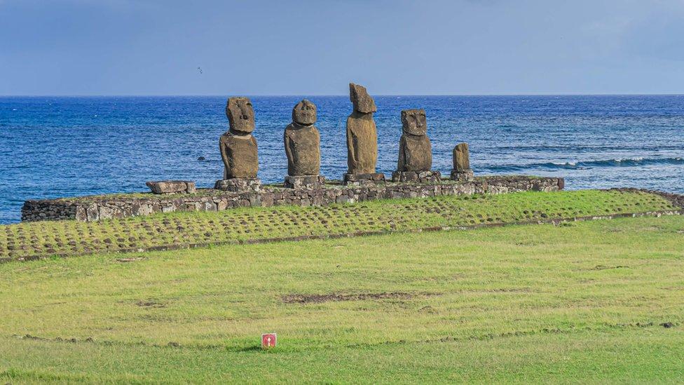 Moais -estatuas de piedra de la cultura de Rapa Nui- en la Isla de Pascua
