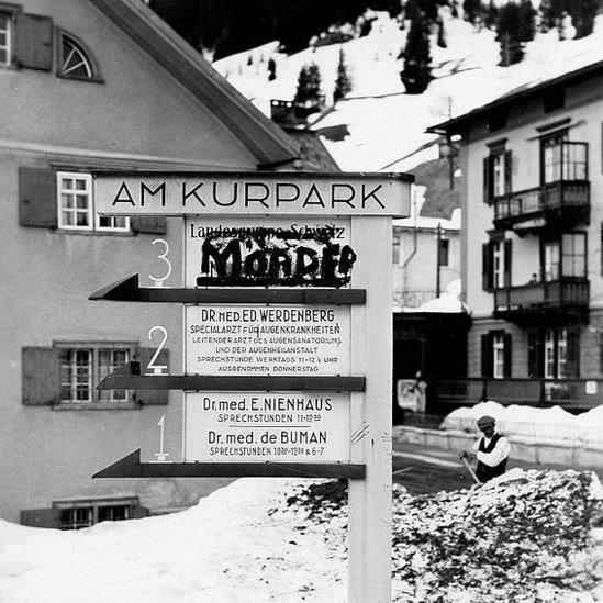 Un letrero vandalizado en Davos