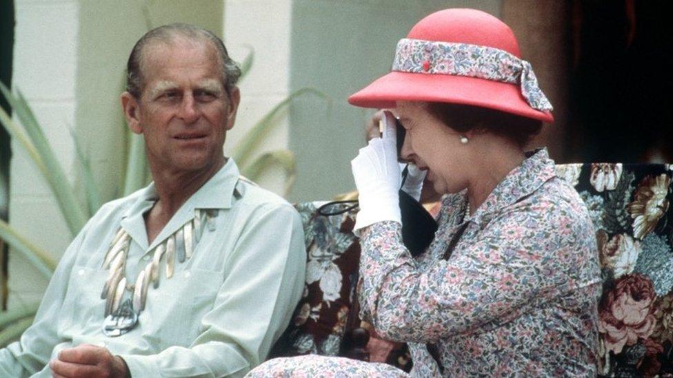 التقاط الملكة عندما كانت في الـ 56 من عمرها صورة للدوق فيليب خلال زيارتهما لجزر توفالو في جنوب المحيط الهادي في عام 1982