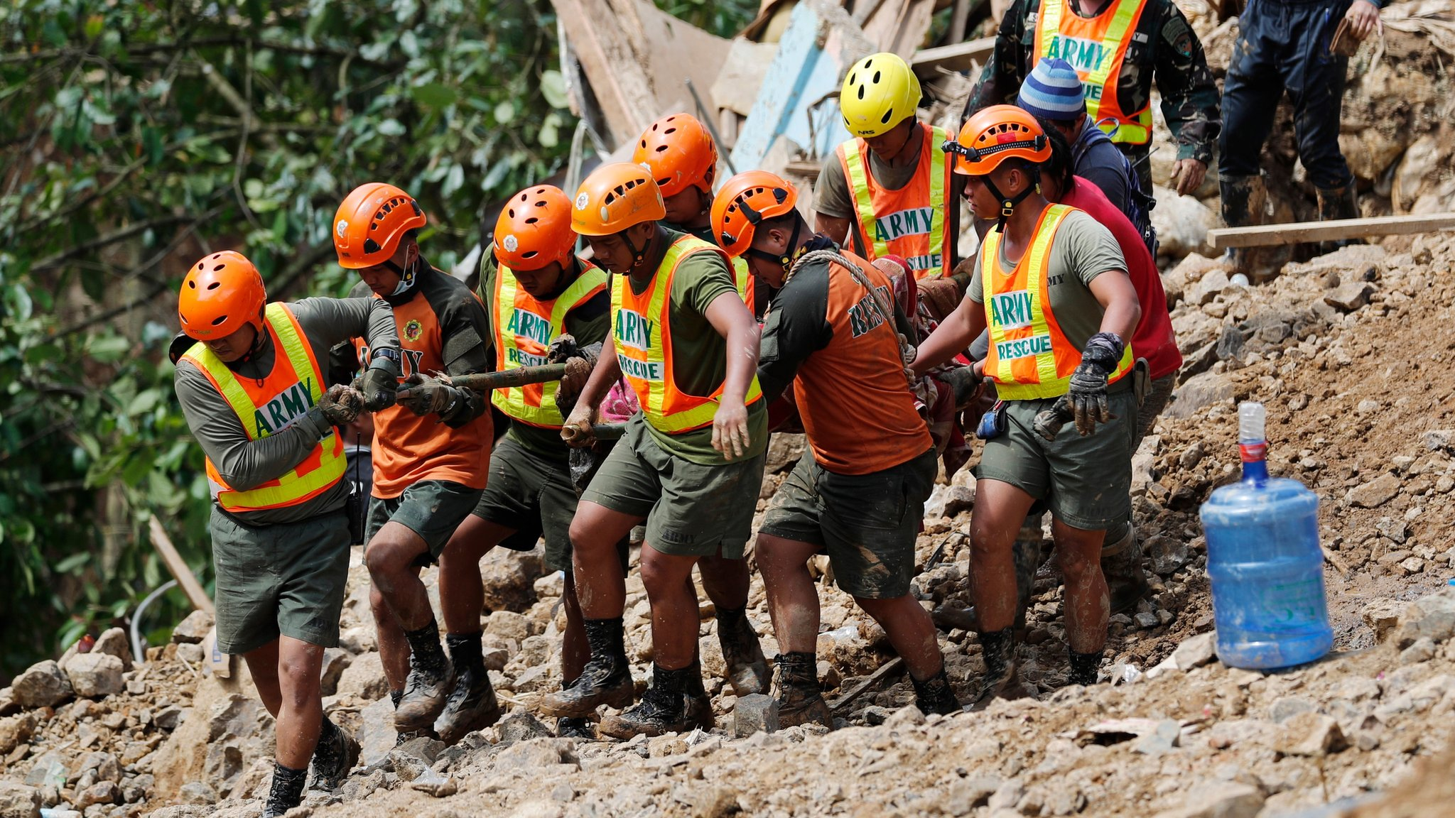 Тайфун на Філіппінах: зсув накрив десятки шахтарів з родинами