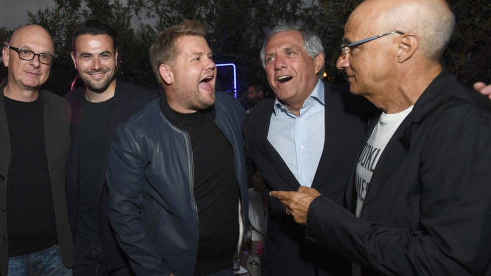Moonves (segundo a la derecha) cantando con James Corden, presentador de un programa de charla de CBS.