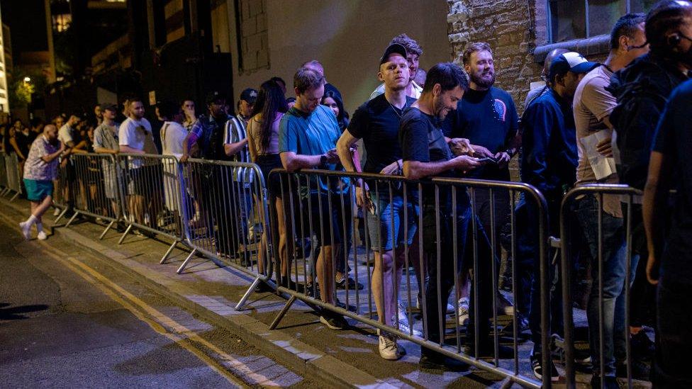 Cola para entrar al club Egg en Londres.