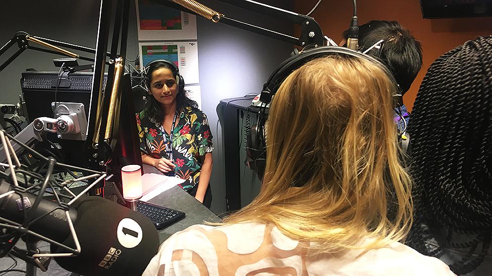 """Adeola, Frankie y Ritu fueron entrevistados de manera anónima en el programa de radio """"Newsbeat"""" de la BBC."""