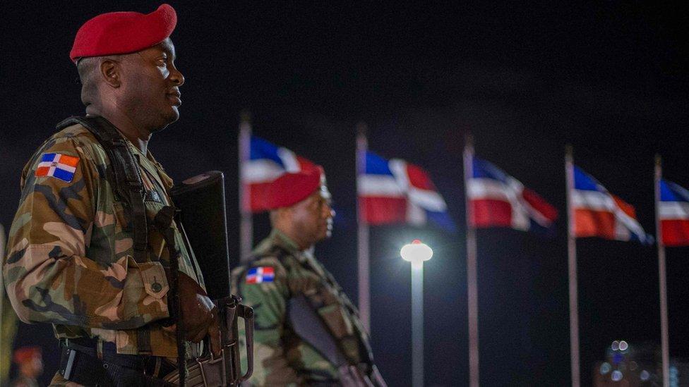 Militares con armas largas