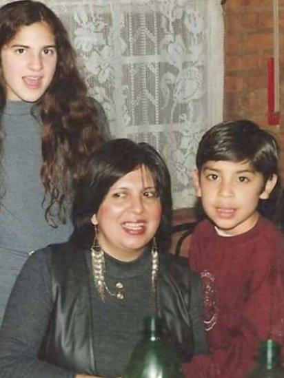 Olga Díaz de joven con sus hijos Esteban y Silvina.