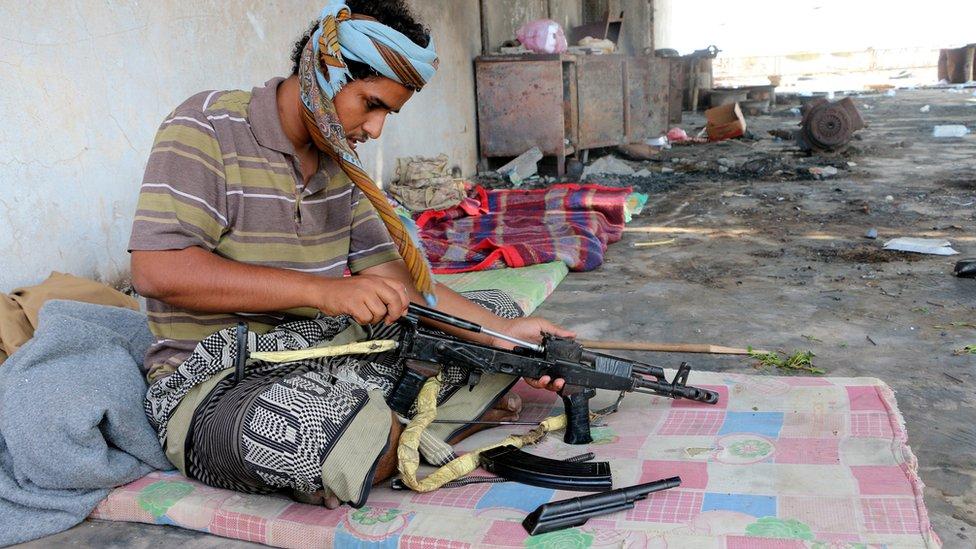 مسلح يمني موال للحكومة في الحديدة