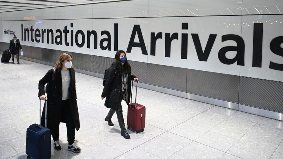 Pasajeras llegando a un aeropuerto en Reino Unido.