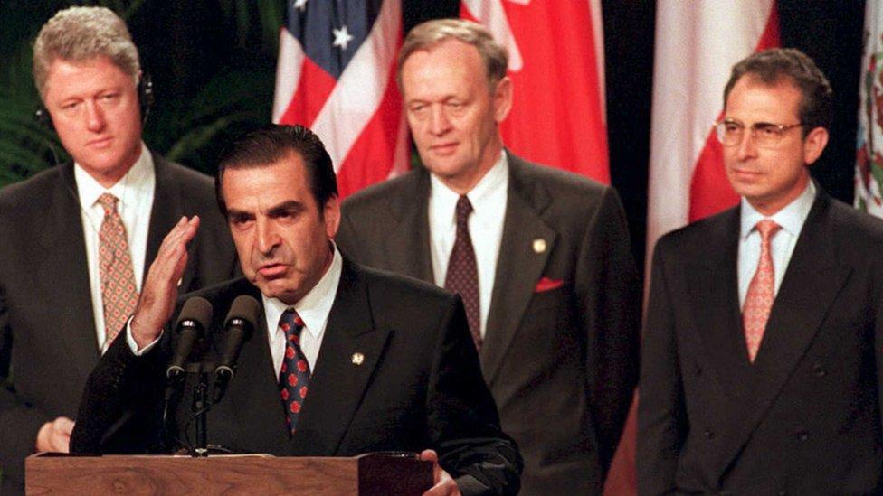 El entonces presidente de EE.UU., Bill Clinton (el primero de la izquierda), el chileno Eduardo Frei (al micrófono), y el mexicano Ernesto Zedillo (primero de la derecha) en la Cumbre de las Américas de 1994 en Miami.
