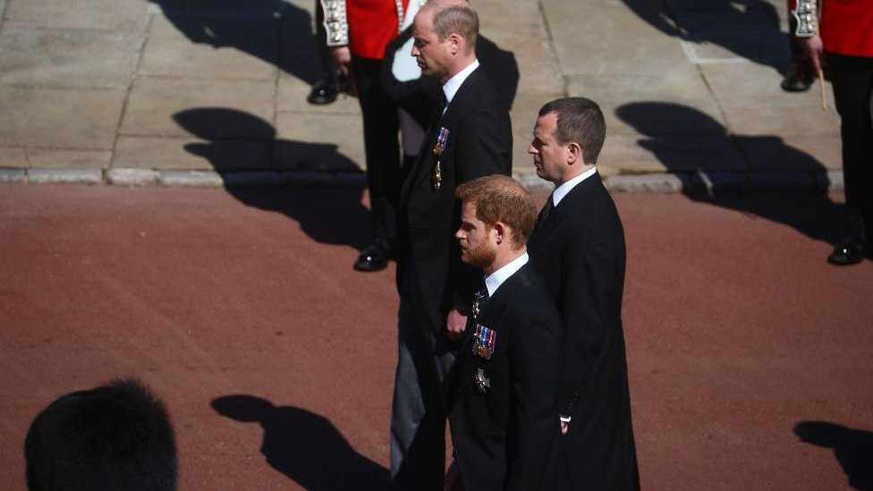 En la foto, el príncipe William, duque de Cambridge, el príncipe Harry, duque de Sussex y Peter Phillips durante el funeral del duque de Edimburgo.