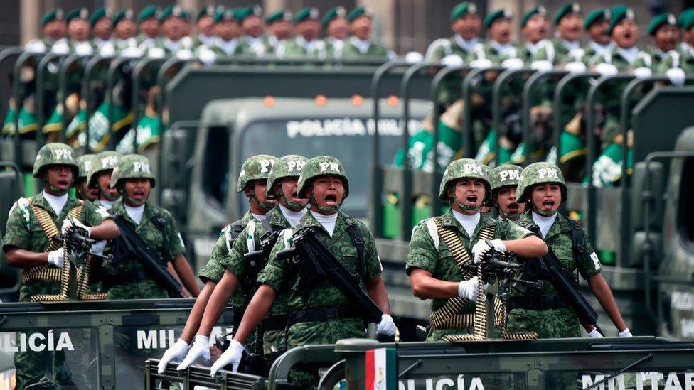 Elementos del ejército en un desfile
