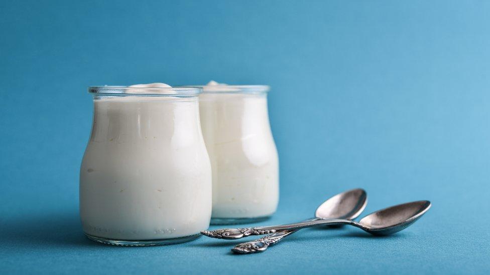 Dos potes de yogur.