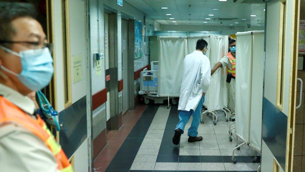 香港九龍伊利沙伯醫院一名醫生走進加護病房(8/11/2019)