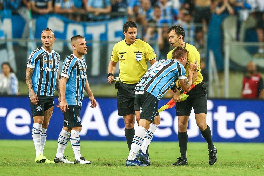 Jugadores de Gremio reclaman a los árbitros en la semifinal contra River.