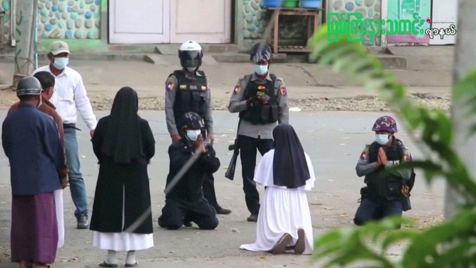 La monja arrodillada frente a los oficiales