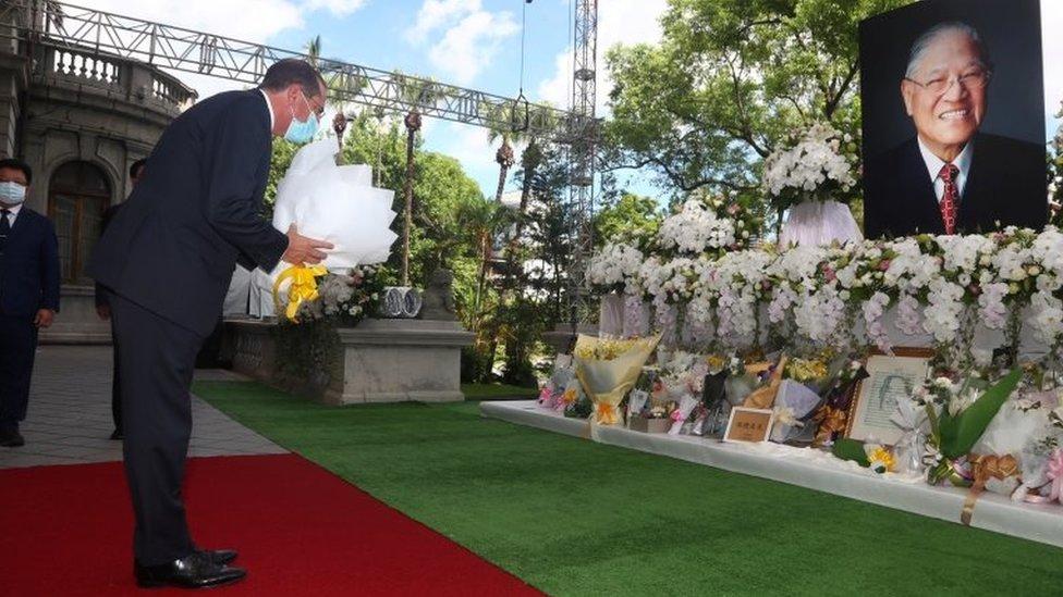 美國衛生部長阿扎爾訪問台灣期間悼念去世的台灣前總統李登輝
