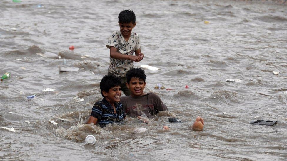 المياه مبعث سعادة بعض الأطفال في المدينة القديمة.