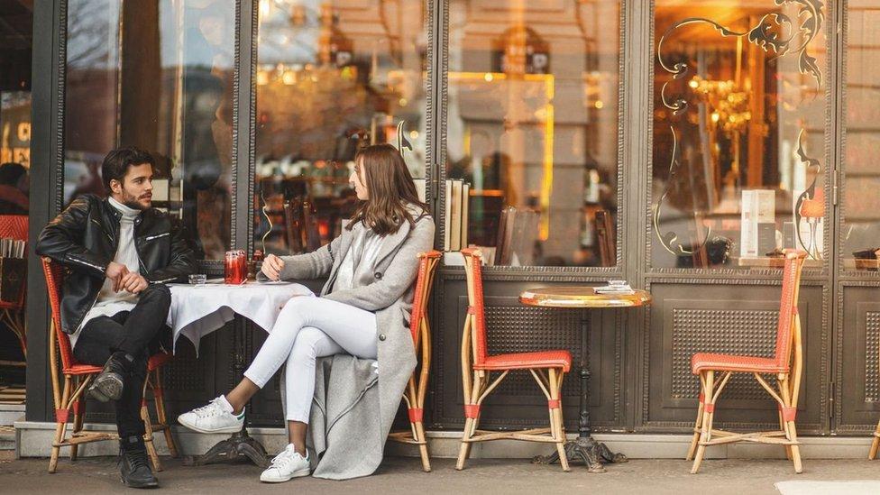 Dos parisinos en una terraza.