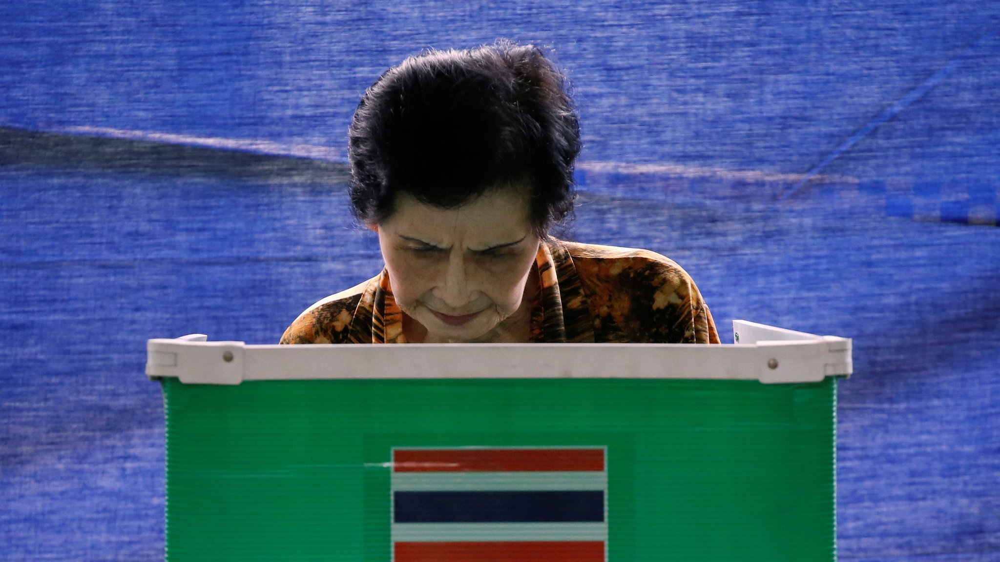 A Thai woman casts her ballot at a polling station during a constitutional referendum vote in Bangkok, Thailand August 7, 2016
