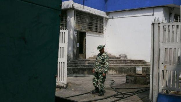 Anggota milisi Bolivia menjaga generator listrik di rumah sakit anak.