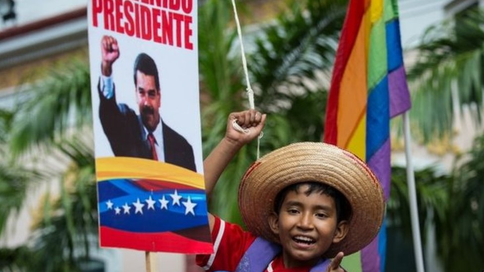 """A child waits for Venezuelan President Nicolas Maduro with a sign reading """"Welcome President"""" in Caracas on 17 January, 2015."""