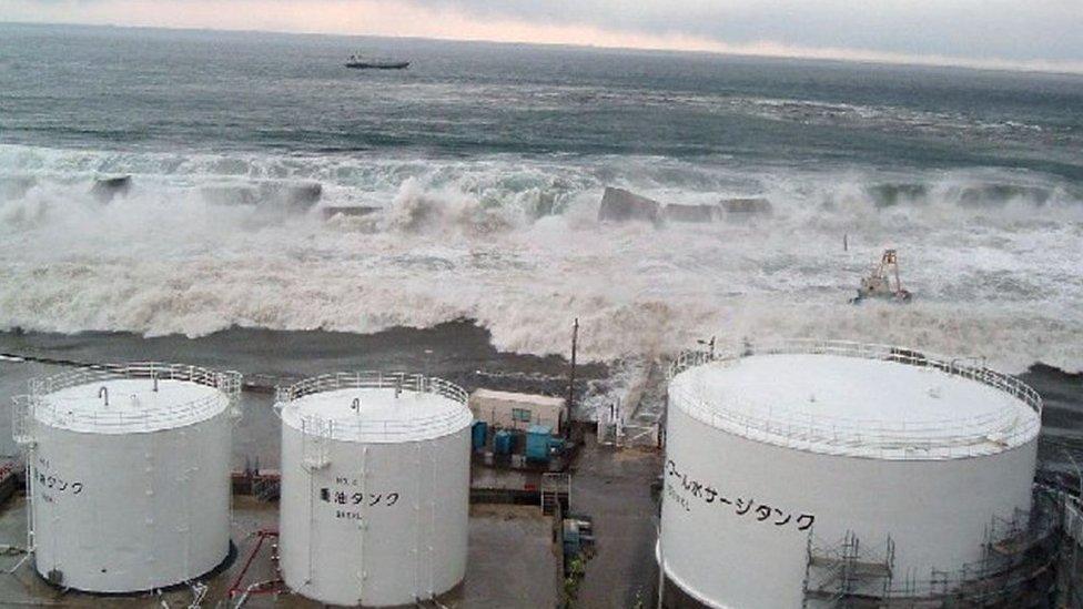 巨浪翻過海堤衝擊福島第一核電站(11/3/2011)