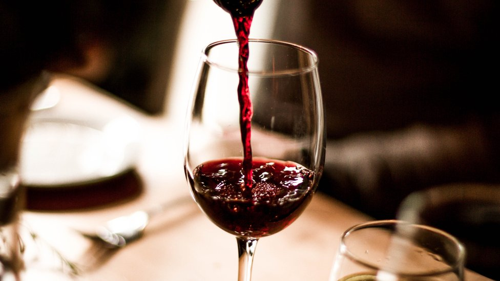 كأس من النبيذ الاحمر