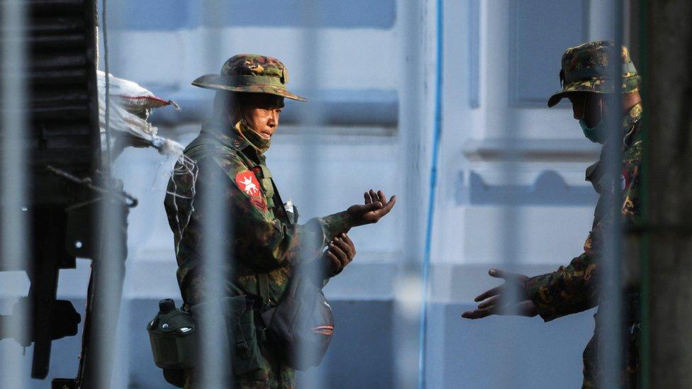 سيطر الجيش على معظم المؤسسات المدنية