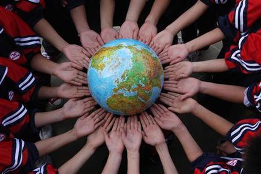 Dünya Günü vesilesiyle poz veren Çinli öğrenciler