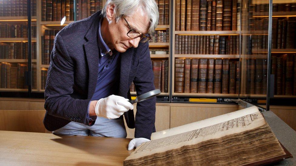 جيفري مارش يبحث وثيقة تاريخية