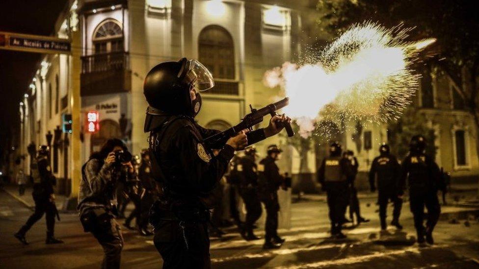 Policía disparando gas lacrimógeno
