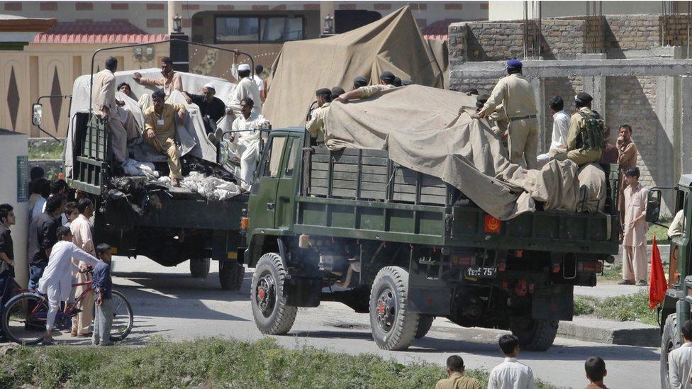 Soldados y residentes alrededor de la residencia de Bin Laden.