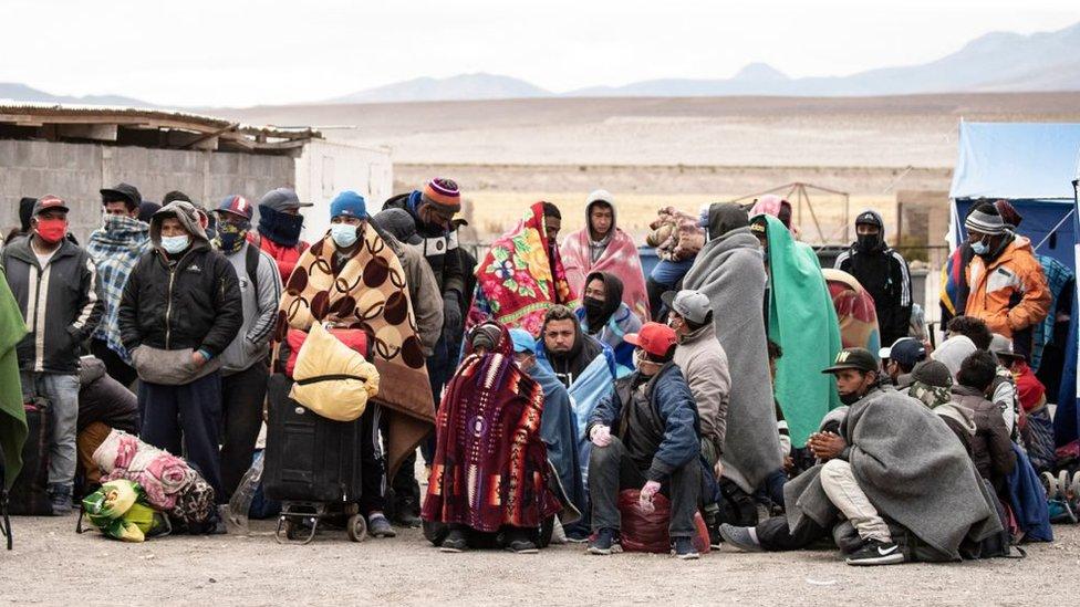 Migrantes venezolanos y colombianos en Colchane.