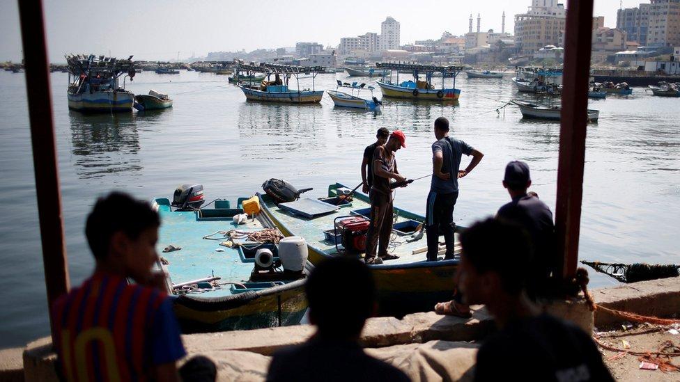 قللت إسرائيل مدى حركة الصيادين الفلسطينيين إلى ثلاث نقاط بحرية