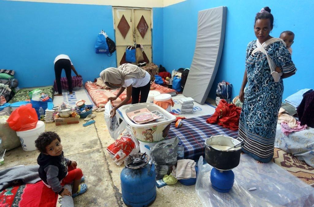 المهاجرون الذين فروا من مناطق القتال في ليبيا يتجمعون في مركز اعتقال في الزاوية، غرب العاصمة طرابلس، في 27 أبريل/نيسان 2019.