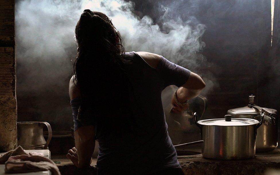 Mujer indígena cocinando