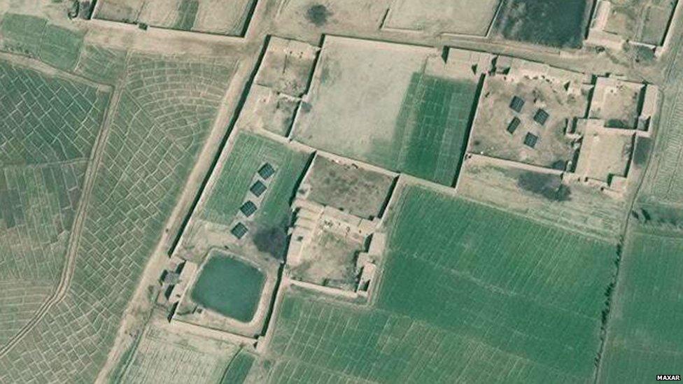 Zumirani satelitski snimak pokazuje solarne panele u blizine farme u Helmandu
