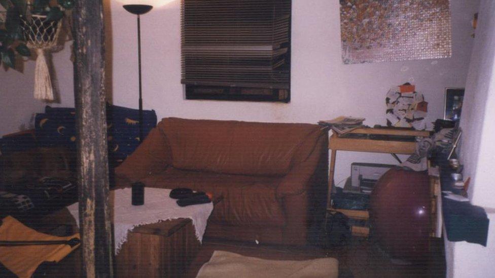 La policía publicó imágenes que muestran el interior de una casa que se cree está vinculada al sospechoso.