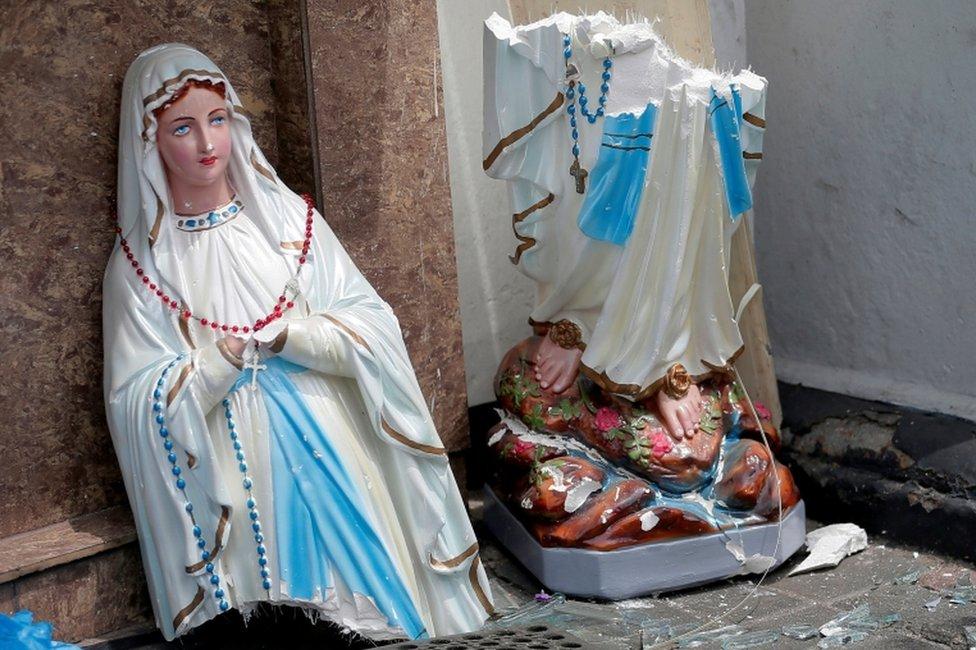 Slomljena statua Bogorodice u hramu Svetog Antonija