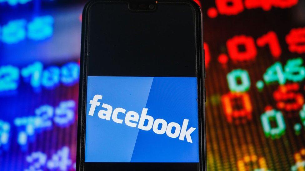 شعار فيسبوك على شاشة جوال