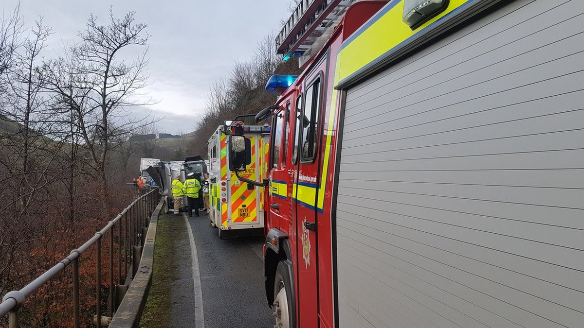 A76 shut between Sanquhar and Thornhill after lorry overturns